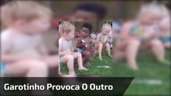 Garotinho Provoca O Outro Com Picolé, Veja Que Dó Do Loirinho!
