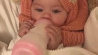 Imagem De Bebê Mamando Na Mamadeira Sozinho, Que Fofura!