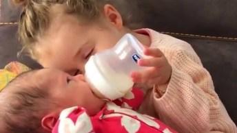 Irmã Dando Mama Para Sua Irmãzinha, É Muito Amor E Um Único Vídeo!
