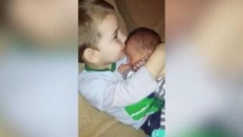 Irmão Cuidando De Irmãozinho, Olha Só O Amor Dele Pelo Bebê!