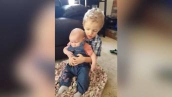 Irmãos Em Momento De Muito Carinho Um Com O Outro, Que Lindo!