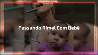 Mãe Passando Rímel Com Bebê No Colo, Veja Como A Bebê Se Diverte!