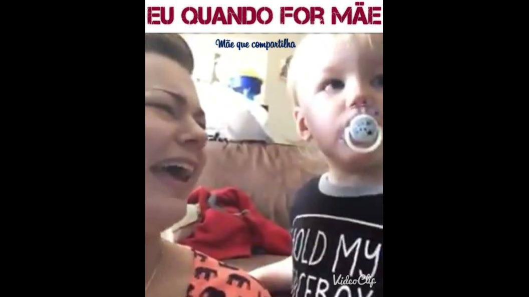 Mamãe brincando com bebê de chorar quando tira a chupeta