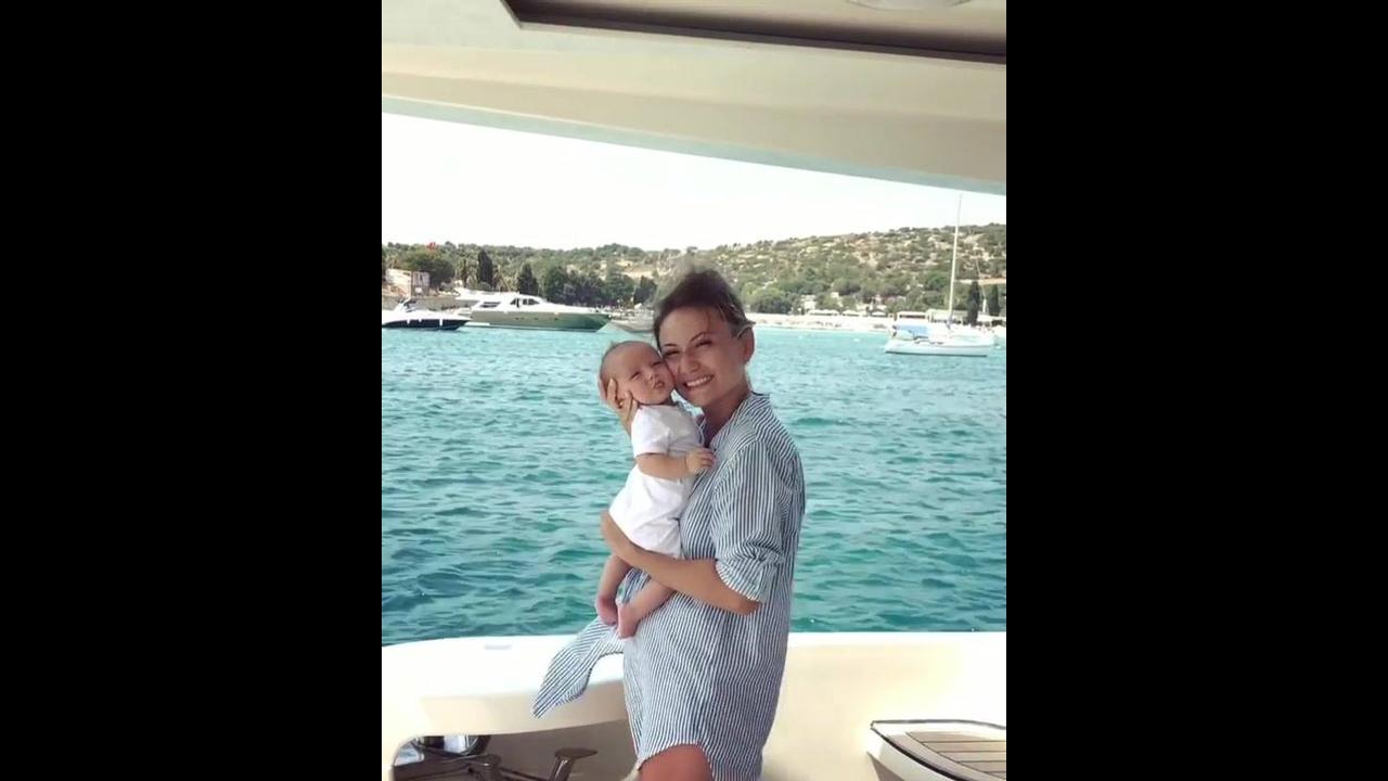 Mamãe e bebê fazendo lindo passeio de barco