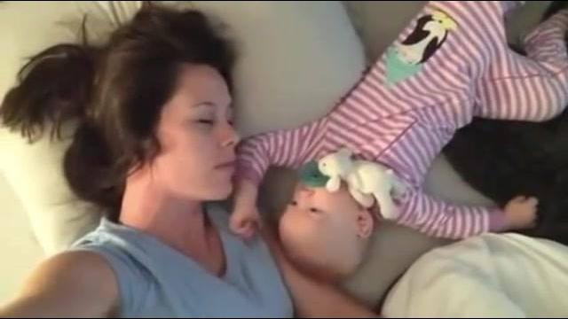 Mamãe fingindo dormir