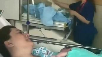 Mamãe Recebendo Seu Bebê Recém Nascido No Colo, Que Maravilha De Imagem!