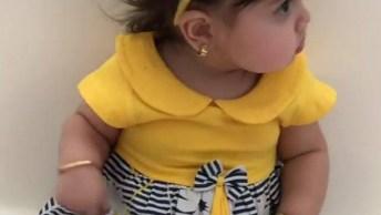 Menina Bebê Com Roupinha Amarela E Flor Na Cabeça, Que Fofura!