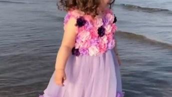 Menina Com Roupa De Princesa Na Praia, Ela É Uma Linda Bebê!