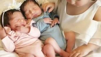 Menina Com Seus Irmãos Gêmeos Recém Chegados, Parece Que Ela Esta Amando!