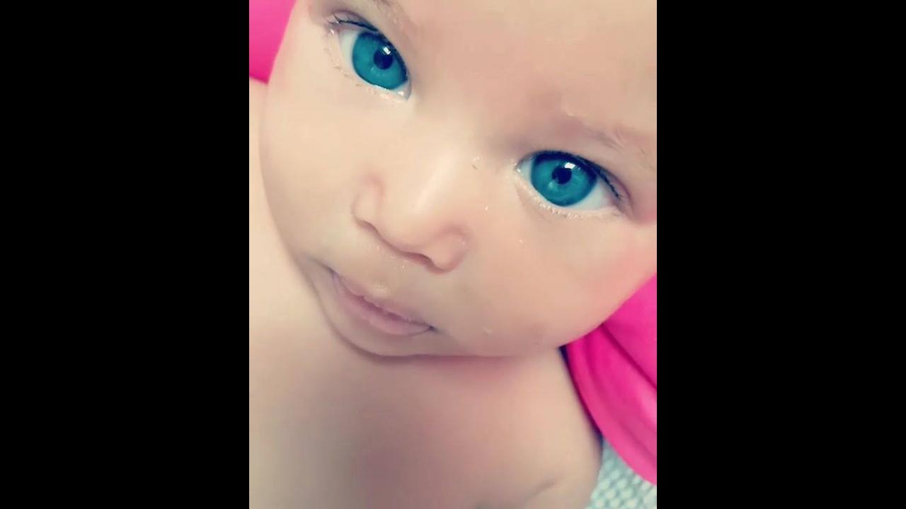 Menina de olhos azuis, que bebê mais linda