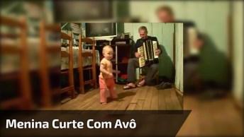 Menina De Um Ano E Quatro Meses Curte Música Tocada Pelo Seu Avô!