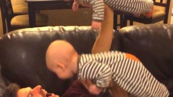Momentos Engraçados Com Bebês, É Uma Situação Mais Fofa Que A Outra!