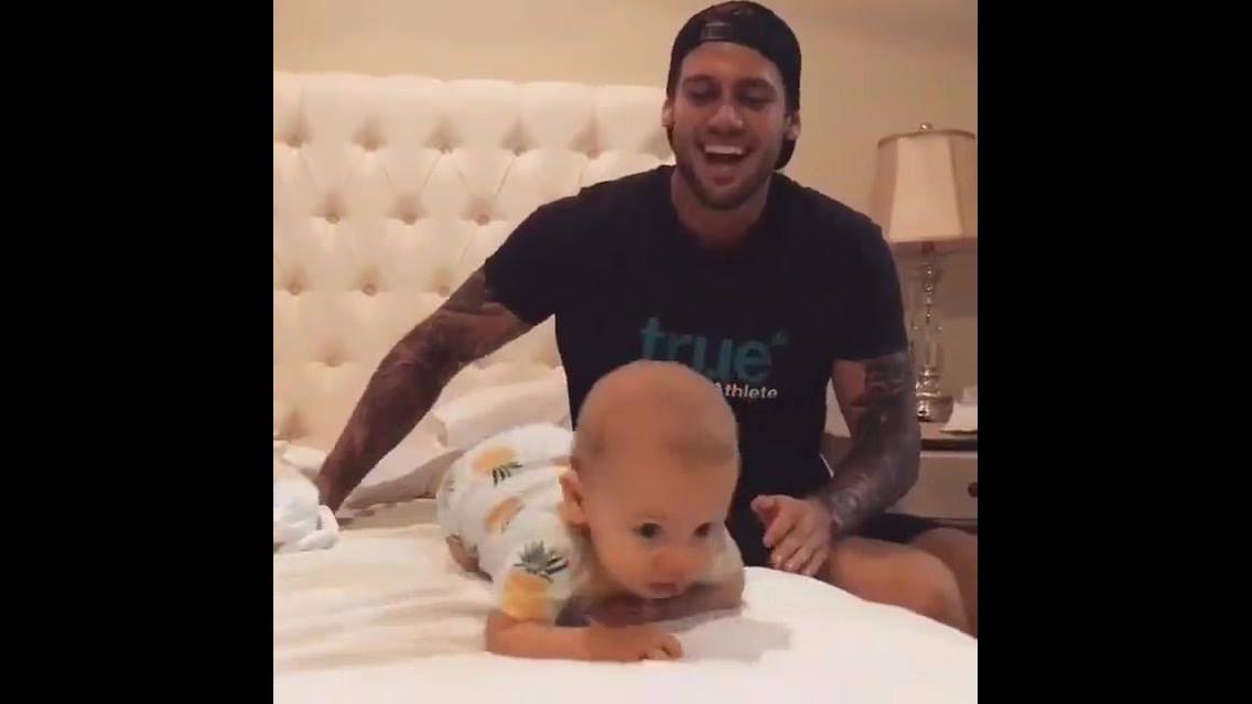 Olha a alegria desse bebe brincando na cama