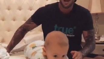 Olha A Alegria Desse Bebê Brincando Na Cama, Que Risada Mais Fofa.