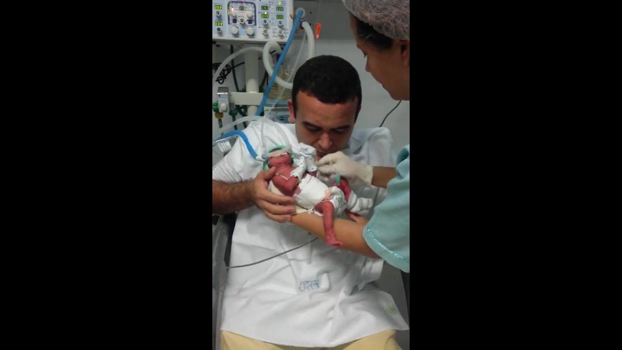 Pai pegando o filho pela primeira vez
