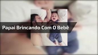 Papai Brincando Com O Bebê, Que Cena Linda E Divertida, Confira!