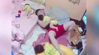 Papai Fazendo Seus Três Filhos Dormirem, Muito Fofo Esse Vídeo!