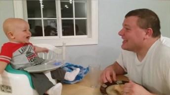 Papais Divertindo Os Bebês, Eles Sabem O Que Fazem Os Filhos Dar Risadas!