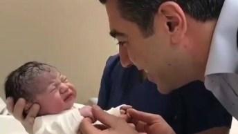 Papais Vendo Seu Bebê Recém Nascido Pela Primeira Vez, Que Fofura!