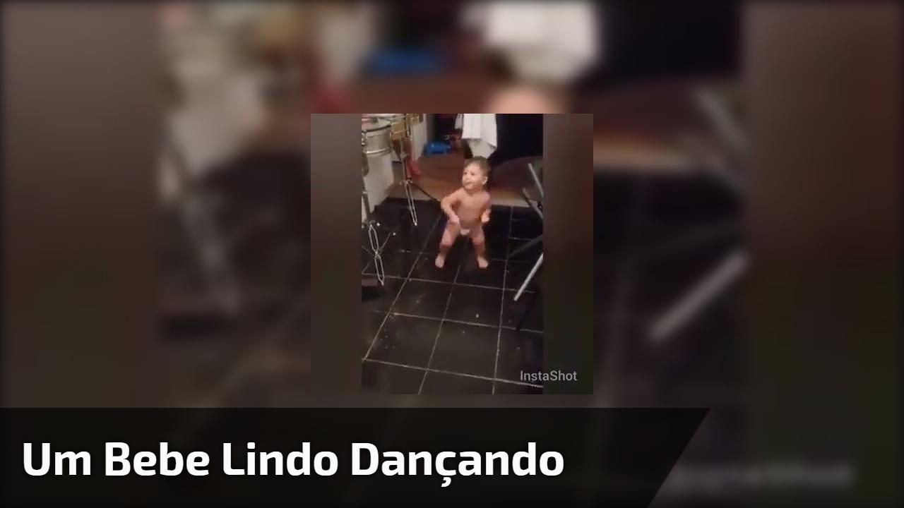 Um bebe lindo dançando