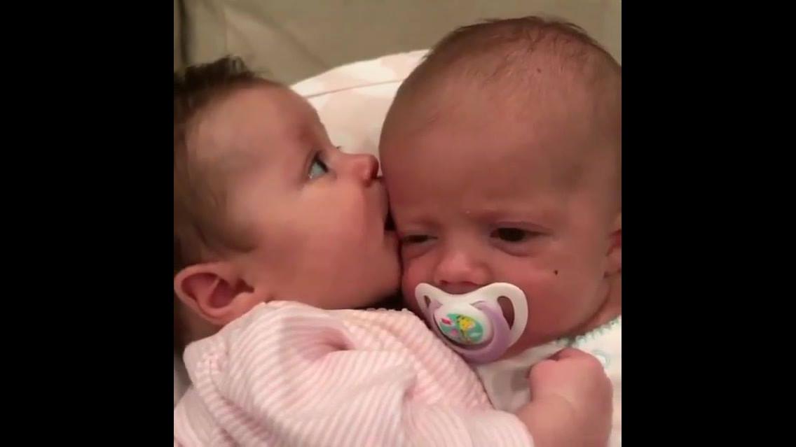 Um bebê já é fofo, imagina dois bebês então