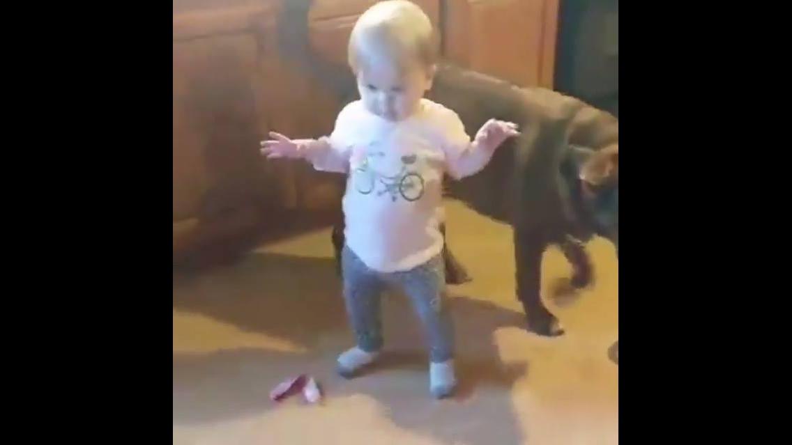 Vídeo com bebê linda dançando