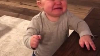 Vídeo Com Bebê Que Chora Ao Entregar O Controle Remoto Pro Papai Hahaha!