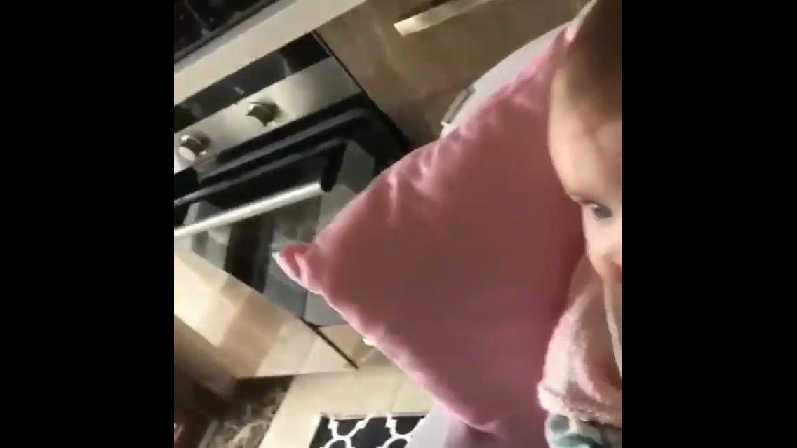 Video de Bebê comendo papa, que delicia que isso está
