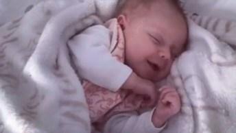 Vídeo Mais Fofo Que Você Verá Hoje! Bebezinha Dormindo E Sorrindo!