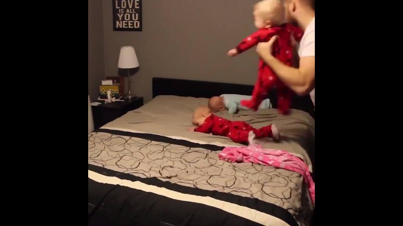 Vídeo mostrando papai colocando roupas em seus 4 filhos