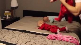 Vídeo Mostrando Papai Colocando Roupas Em Seus 4 Filhos, Olha Só Que Galerinha!