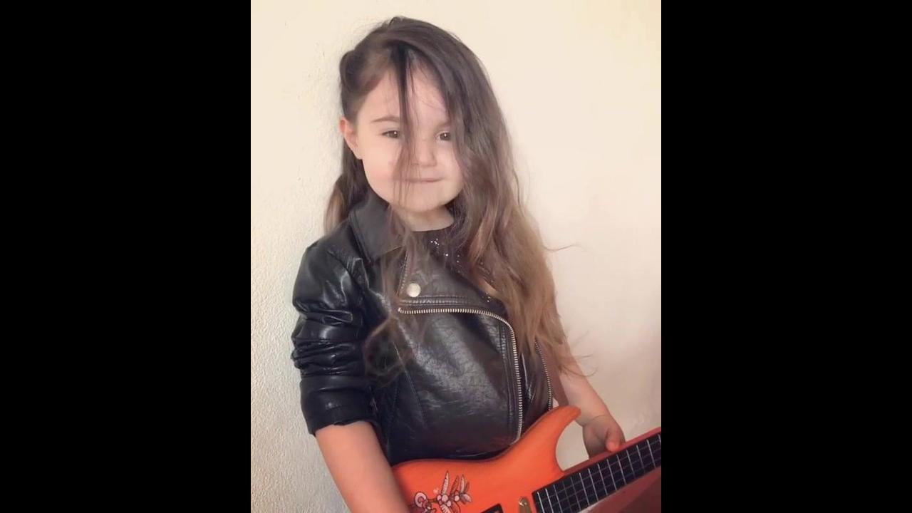 A cantora mais linda e fofa que você vai ver hoje