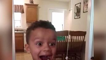 Arrancando Dente Do Filho Com A Porta, Olha A Alegria Dele Ao Ver O Dente Kkk!