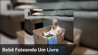 Bebê Foleando Um Livro Como Se Estivesse Lendo, É Muito Fofinho!