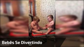 Bebês Se Divertindo Em Plataforma Vibratória, Olha Só As Risadinhas!