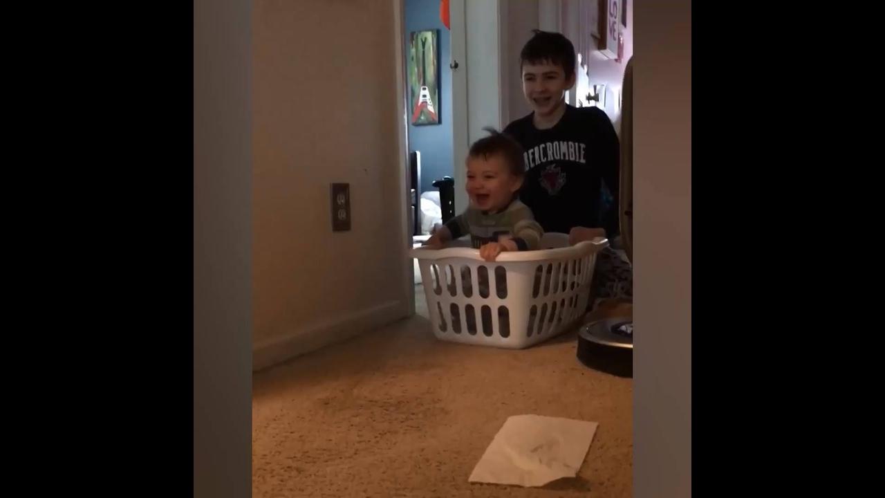 Coisas divertidas que as crianças fazem durante o dia a dia de cada uma