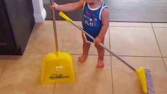 Criança Adora Ajudar A Varrer Casa, Pena Que É Só Quando Criança, Hahaha!