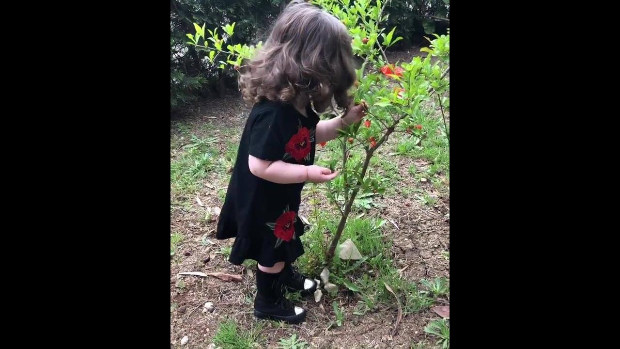 Criança adorando a natureza