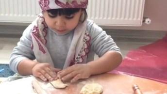 Criança Aprendendo A Fazer Pão Com Um Rolinho De Madeira!