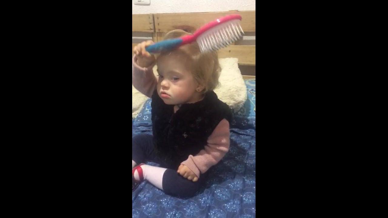 Criança aprendendo a pentear os cabelos, que coisa mais fofa!