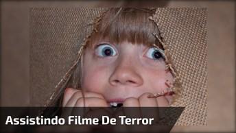 Criança Assistindo Filme De Terror, Para Dar Muitas Risadas E Compartilhar!