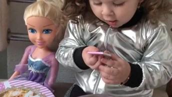 Criança Brincando Com Seu Brinquedo Preferido, Ela Se Alegra Com Cada Pecinha!