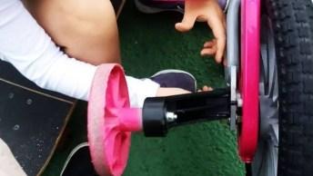 Criança Brincando De Bicicleta, Ela É Uma Fofura, Confira!