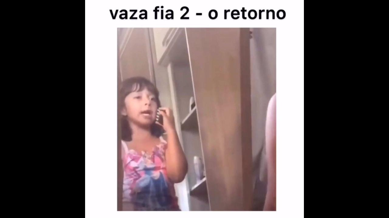 Criança brincando de frente o espelho de atuar