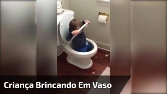 Criança Brincando Em Vaso Sanitário, Já Tomou Seu Anticoncepcional Hoje?