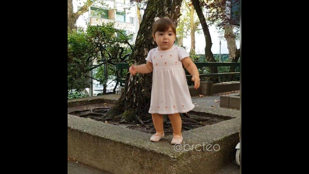 Criança brincando na praça