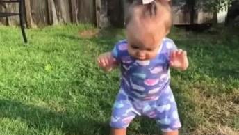 Criança Caminhando Na Grama Com Medo De Cair, Que Doçura!