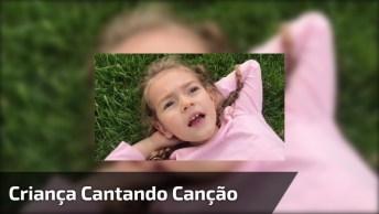 Criança Cantando Canção De Desenho Infantil, Ela É Muito Linda!