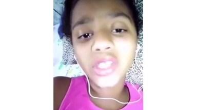 Criança Cantando Música Com Fone No Ouvido, Será Que Ela Desafinou?