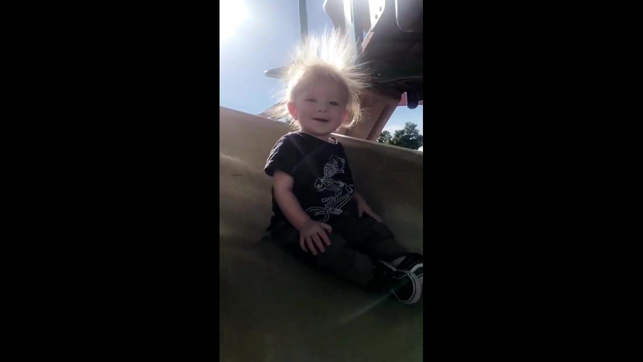 Criança com cabelo arrepiado